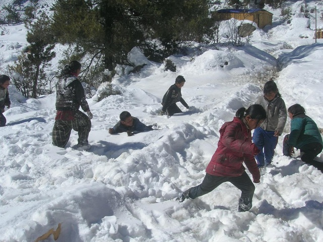 007 Children playing in snow 640x480